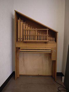 ÓRGANO POSITIVO.  Pequeño órgano de uso doméstico,de reducidas dimensiones, se emplaza en un lugar fijo, encima de una mesa  o apoyado en el suelo.