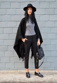 Team a grey rollneck with black capri pants to achieve a chic look. Round off this look with black chunky leather oxford shoes.