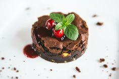 Ciasto czekoladowe z gorącą wiśnią