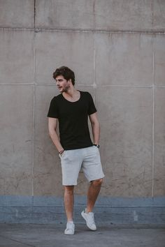 Um bom look básico : Bermuda Moletom Palha Bolso Preto Basic Style, Cool Summer Outfits Men, Men Summer, Look Man, Mens Fashion Wear, Street Style Summer, Men Casual, Menswear, Costume