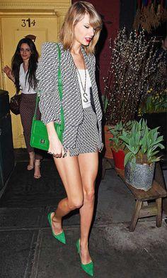 taylor-swift-look-scarpin-verde-bolsa