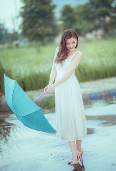 フリー写真 ドレス姿で雨に濡れる女性のポートレイト