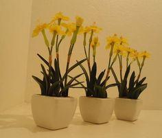 Trio  mini vasos com Narcisos Permanentes,vaso em porcelana.Lindos para lavabo,batente de janela,estantes..... R$ 62,38