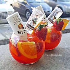 die besten 25 wodka bowle ideen auf lik 246 r rum cocktails Liquor Drinks, Alcoholic Drinks, Beverages, Mini Liquor Bottles, Mix Drinks, Summer Cocktails, Cocktail Drinks, Malibu Rum Drinks, Beach Drinks