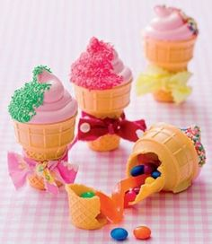 Fill cones with candies, pipe homemade marshmallow rosettes on top of cones. Tie a ribbon! RECUPIE OF MARSHMALLOW AT kidesrecipeskidsl. Snacks Für Party, Party Treats, Party Favors, How To Tie Ribbon, Homemade Marshmallows, Cake Pops, Ice Cream Party, Colorful Candy, Cute Food