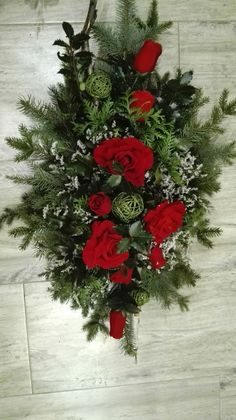 W czarodziejskim ogrodzie: Kompozycje nagrobne na Wszystkich Świętych Christmas Floral Arrangements, Flower Arrangements, Christmas Wreaths, Christmas Decorations, Holiday Decor, Art Floral Noel, Cemetery Flowers, Funeral Flowers, Bouquet