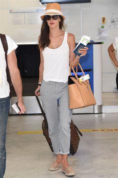 look de aeropuerto con pantalones de rayas, zapatillas de esparto y sombrero