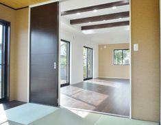 編み目柄クロスを選んだりとアジアンテイストな和室に。 Divider, Mirror, Room, Furniture, Home Decor, Bedroom, Decoration Home, Room Decor, Mirrors