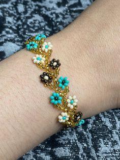 Diy Crafts Jewelry, Bead Crafts, Ankle Bracelets, Jewelry Bracelets, Jewelry Accessories, Women Jewelry, Turquoise Flowers, Flower Bracelet, Wedding Shoes