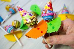 Estas paletas son súper sencillas y divertidas. Son perfectas para decorar una mesa de dulces o para dar como detalle en las fiestas infantiles. Puedes hacerlas con los niños o incluso incluirla como una actividad durante la fiesta.: