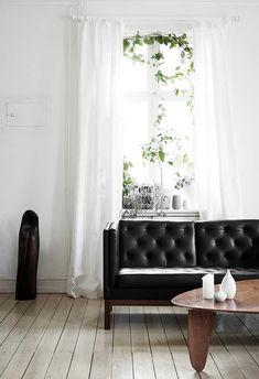 Sofá preto de couro com aspecto mais pesado
