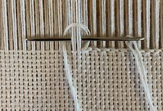 When to Use Which Finish – Yarnworker – Know-how for the rigid heddle loom - weaving patterns Weaving Textiles, Weaving Art, Tapestry Weaving, Loom Weaving, Embroidery Stitches, Hand Embroidery, Knit Stitches, Simple Embroidery, Cross Stitches
