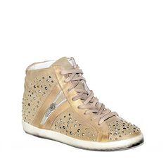 Sneakers in camoscio taupe con borchie decorative e rialzo di 4 cm all'interno.