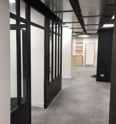 Agencement de Pôle Emploi Le Lab : estrade, cloisons verrières, bureaux #poleemploi #bureau #cloisonatelier #verriere #madeinfrance