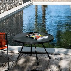 Table Basse Attol Ronde en Aluminium couleur Anthracite de la marque Oasiq. Jardinchic