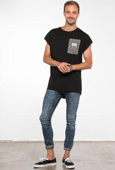 """Camiseta color gris oscuro con bolsillo """"Boho""""."""