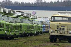 Im Herbst 1989 fuhren Millionen DDR-Bürger mit ihren Autos in die Freiheit. Zum 25. Jubiläum des Mauerfalls wird das automobile Erbe des Ostens lebendig. Es gab so viel mehr als Trabant und Wartburg 353! Old Trucks, Fire Trucks, Army Vehicles, East Germany, Eastern Europe, Firefighter, Classic Cars, World, Pictures