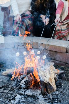 Outdoor winter party ideas: S'mores and outdoor fire-pit. Roasting marshmallows is almost essential for a just like the one hosted! party 35 Magical Outdoor Winter Party Ideas - A Nest With A Yard Winter Birthday Parties, Winter Parties, 18th Birthday Party, Summer Parties, Summer Birthday, Outdoor Christmas Decorations, Diy Party Decorations, Wallpaper Winter, Handy Wallpaper