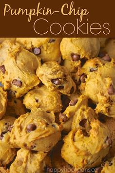 This pumpkin chocolate chip cookie recipe is quick and easy, and makes the softest, most delicious cinnamon-y chocolate chip cookies ever! These Pumpkin Chocolate Chip Cookies are hands-down the yummiest cookies ever for Fall. Köstliche Desserts, Delicious Desserts, Yummy Food, Chip Cookie Recipe, Cookie Recipes, Pumpkin Cookie Recipe, Pumpkin Chocolate Chip Cookies, Healthy Pumpkin Cookies, Cookies Vegan
