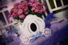 BELÍSSIMOS CACHEPÔS EM MDF CARRUAGEM CINDERELA <br> <br>CACHEPÔ em MDF para decoração de ambientes diversos, lembrancinhas, enfeite de mesa, porta lembrancinha de batizado, nascimento, floreira e etc. <br> <br>PODENDO SER FEITO DE DIVERSOS MODELOS. <br>ACOMPANHANDO A DECORAÇÃO DE SEU EVENTO OU AMBIENTE. <br> <br>CASTELO - CARRUAGEM - COROA <br> <br>DESENVOLVEMOS PROJETOS PERSONALIZADOS SEM CUSTOS ADICIONAIS. <br> <br>NA INTENÇÃO DE DECORAR COM REQUINTE E ELEGÂNCIA SUA FESTA OU AMBIENTE DE…