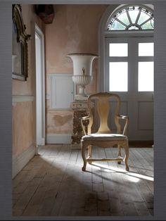 Start with the arched window above the door with a sun ray pattern place an eighteenth century chair to catch the sunshine add an urn and the result is neoclassical simplicity and timeless beauty. - April 13 2019 at Swedish Decor, Swedish Style, Swedish Design, Antique Interior, French Interior, Interior Barn Doors, Swedish Interiors, Scandinavian Interior, Murs Roses