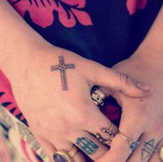 """Increíble tatuaje de una cruz con una flor en la mano de Florence Welch, obra del artista """"Bang Bang""""."""