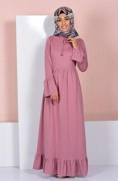 Çiçekli elbiseler, işlemeli elbiseler ve birbirinden farklı tesettür elbise modellerine birçok farklı renk seçeneğiyle sahip olabilirsiniz. Abaya Fashion, Muslim Fashion, Skirt Fashion, Fashion Dresses, Modest Dresses, Stylish Dresses, Pretty Dresses, Casual Dresses, Hijab Dress Party