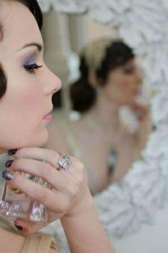 Novia vintage con uñas plateadas en gris oscuro. | Gemma Sutton #bodas #nails #wedding #uñas #color #bride #novia