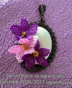 This Pin was discovered by NLN Lace Flowers, Bead Crochet, Needlepoint, Hair Pins, Diy And Crafts, Weaving, Embroidery, Christmas Ornaments, Knitting