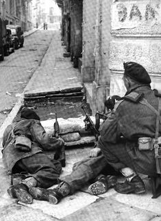 Paratroopers from Parachute Brigade take cover on a street corner in Athens during operations against members of the pro-Communist ELAS, December British Armed Forces, British Soldier, British Army, Greece History, Army Infantry, Ww2 Pictures, War Photography, Military Diorama, Paratrooper