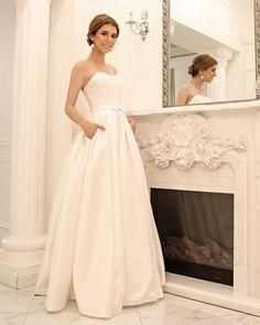 Короткое свадебное платье со шлейфом.