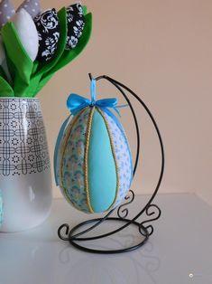 Jajko wielkanocne ozdobione japońską techniką zwaną Kimekomi. Co to jest i jak je zrobić? Zobacz dokładny opis jajka ozdobionego kawałkami materiału.