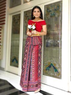 Batik Dress, Silk Dress, Dress Skirt, Dress Up, Myanmar Traditional Dress, Traditional Dresses, Thai Fashion, Womens Fashion, Filipiniana Dress