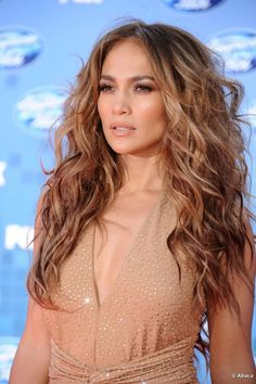 Jennifer Lopez was the lionness on American Idol broadcast 25 May 2011. Her beautiful hair is wavy and has super volume. Paired with a gl...