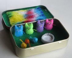Katzen-Miniatur fühlte Plüsch in Altoid Zinn Spielset - Hot Pink-Neon-grün - hellblau und hell lila