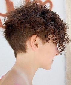felnyírt női frizurák - felnyírt női frizura göndör hajból