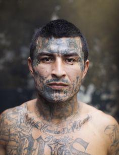 Foto Adam Hinton. La tinta habla de relaciones o gente que se ha matado, los tatuajes cuentan una historia