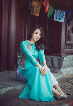 life on mars Oriental Fashion, Asian Fashion, Girl Fashion, Modest Fashion, Vietnamese Clothing, Vietnamese Dress, Vietnamese Traditional Dress, Traditional Dresses, Ao Dai
