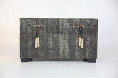 baul tapizado en piel con gravado en caiman,negro-oro ,hecho artesanalmente en españa.