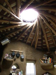 Reciprocal Roof with double post to make it more flat ... in a cob house. Nice idea. | Reziprokes Dach mit Doppelbalken, um die Oberfläche flacher zu machen. Super Idee.