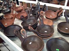 Ceramica de greda en Pomaire Pottery Bowls, Ceramic Pottery, Earthenware, Stoneware, Round House Plans, Mexican Style Kitchens, Kitchenware, Tableware, Outdoor Kitchen Design