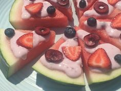 Looking for dessert? Pull out a big slice of watermelon, a few cut pieces of fruit, my yogurt combo & let the family create a watermelon pizza together. Easy Snacks, Yummy Snacks, Delicious Desserts, Snack Recipes, Easy Meals, Dessert Recipes, Watermelon Pizza, Watermelon Recipes, Vanilla Greek Yogurt