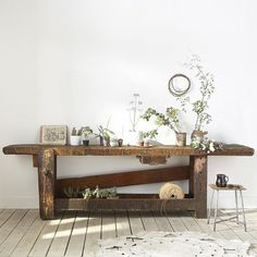 You must have noticed it, it's one of the key pieces of bohemian chic decor, I'm talking to you about the wooden workbench. Deco Boheme Chic, Bohemian Chic Decor, Interior Design Living Room, Living Room Designs, Interior Decorating, Design Tisch, Home Deco, Decoration, Interior Inspiration