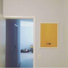 """Lááá no fundo a @dorabulldog tirando uma soneca em plena tarde e aqui na frente o nosso pôster minimalista do filme """"Little Miss Sunshine"""".  Tudo isso reunido e em pleno equilíbrio no apartamento da Sheila (@phdemseilaoque).  - Sheila adoramos a foto e ficamos apaixonados pela Dora!  - http://ift.tt/1dqyBxz (link na bio). #nacasadajoana #abaixoasparedesvazias #pôster #posters #quadros #enquadrados #design #decoração #decor #interiordesign #pinterest #meunacasadajoana #casa #lar…"""