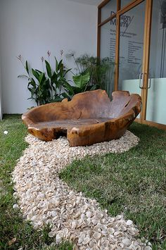 Stump Chair Rick Boggs Chair outside of the Media Lounge at Art Basel/Design Miami 2008 in Miami's Design District. Into The Woods, Wood Creations, Home And Deco, Wooden Furniture, Furniture Ideas, Tree Stump Furniture, Lawn Furniture, Backyard Furniture, Furniture Storage