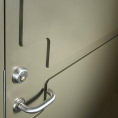 Detaljbild på Ekstrands ytterdörr Avoid 2 i kulör RAL 6013. Designad av Joel Karlsson från Krook & Tjäder.  #Ekstrands #ytterdörrar #ytterdörr #dörr #dörrar #Avoid2 #design #arkitektur