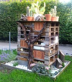 Insektenhaus www.apartment-inn Insektenhaus www. Bug Hotel, Garden Art, Garden Design, Home And Garden, Most Beautiful Gardens, Small Gardens, Garden Projects, Bird Houses, Land Scape