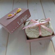 Ringbox in altrosa gefertigt, mit Vogelpaar und Love-Schriftzug, z.B. als Ringkissen Alternative für eine Hochzeit im Pastell Look - ein handmade Designerstück von Loveli-Hochzeitsplanung / Onlineshop - www.love-li.de