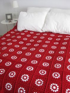 Red and white granny blanket at http://copertineaduncinetto.blogspot.fr