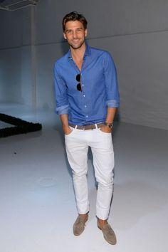 白パンツ,青シャツ,メンズ着こなしコーデ